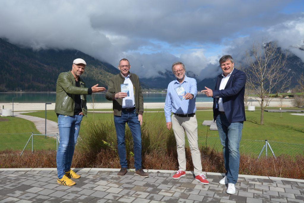 Präsentierten nicht nur beim Schuhwerk ein buntes Programm (von links) Schirmherr Bernhard Aichner, Verleger Markus Hatzer, Autor Herbert Dutzler und Martin Tschoner © Achensee Tourismus