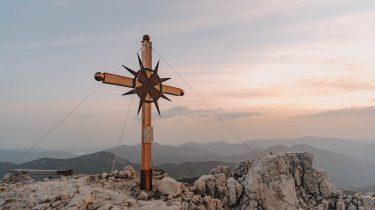 Am Samstag, den 19. Juni 2021 erhielt die Guffertspitze (Brandenberger Alpen, Region Achensee) ein neues Gipfelkreuz.