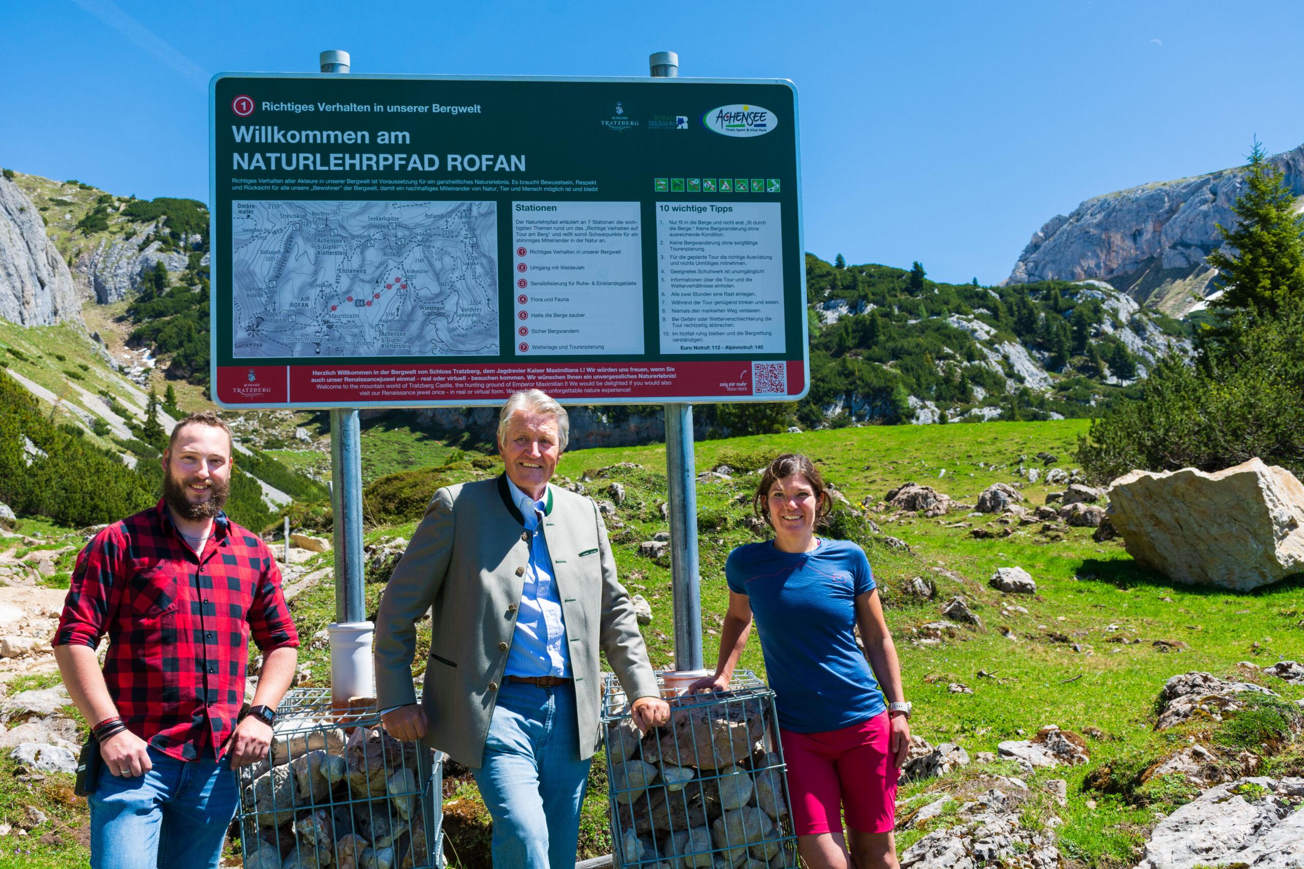 Freuen sich über die Fertigstellung des Naturlehrpfades Rofan (v.l.) Christoph Gürtler (Rofan Seilbahn AG), Ulrich Goëss-Enzenberg (Grundstückseigentümer) und Maria Wirtenberger (Achensee Tourismus).