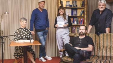 Einige Autorinnen und Autoren der 10. achensee.literatour unter sich (v.l.) Petra Piuk, Bernhard Aichner, Theodora Bauer, Stephan Roiss sowie Raul Schrott.