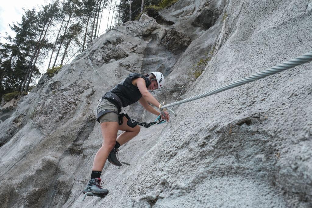 Auf dem neuen Klettersteig können sich Kletterer auf kompaktem Raum in den Schwierigkeitsgraden A bis CD versuchen ©Bettina Brunauer